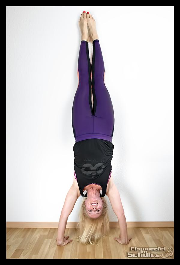 EISWUERFELIMSCHUH - Yoga Handstand mit Wand
